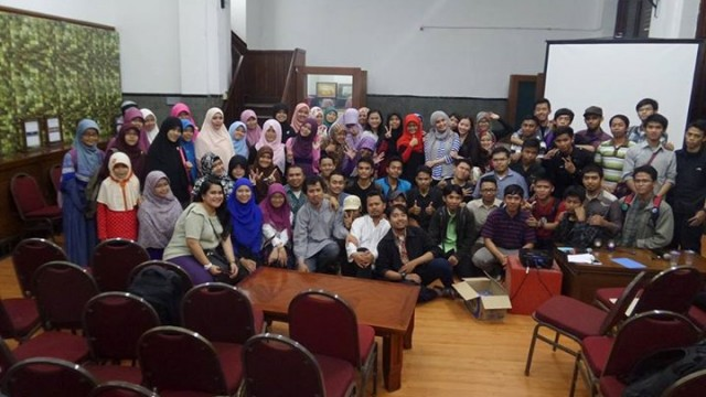 Pramuda FLP Jakarta angkatan 19 beserta anggota dan pengurus FLP Jakarta berfoto bersama usai acara
