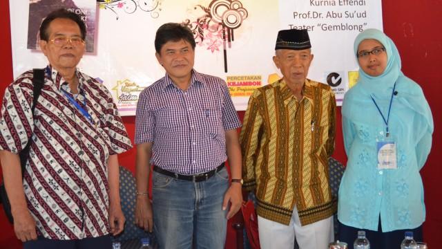 Prof. Abu Suud, Kurnia Effendi, almarhum SN.Ratmana, almarhumah Shinta Ardjahrie dalam Launching Lolong,Lelaki Lansia