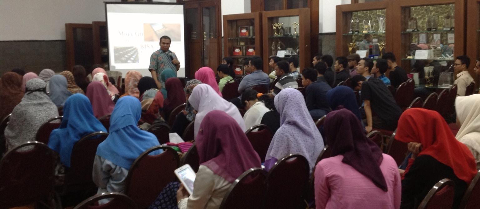Pramuda FLP Jakarta angkatan 19 mendengarkan materi yang disampaikan oleh Kang Tep