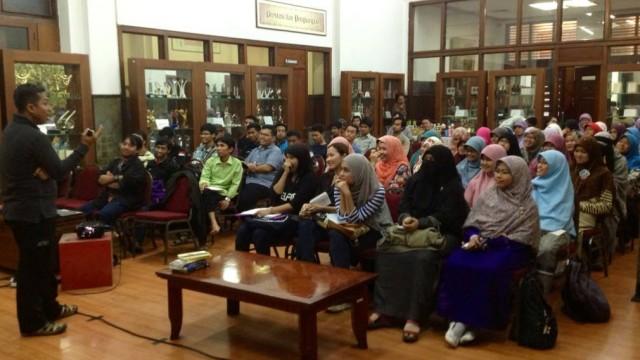 Pramuda FLP Jakarta angkatan 19 serius menyimak materi yang disampaikan oleh Kang Arul