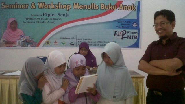Anak anak membacakan presentasi karyanya