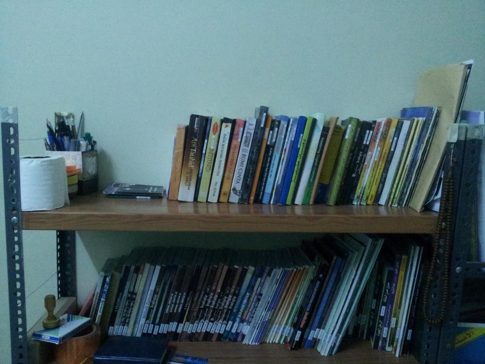 rak buku rumah cahaya